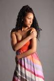 Het overweldigen van jong Afrikaans Amerikaans model in studio Stock Afbeelding