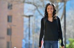 Het overweldigen van jonge Afrikaanse Amerikaanse vrouwelijke student op campus royalty-vrije stock afbeelding