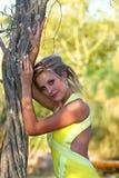 Het overweldigen van jonge vrouw in tuin royalty-vrije stock foto