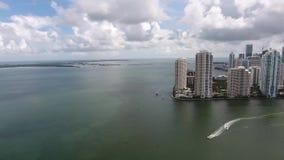 Het overweldigen van 4k wolkenkrabbers van de hommel de lucht reusachtige moderne stedelijke architectuur van Miami Florida in oc stock videobeelden