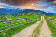 Het overweldigen van landelijk landschap dichtbij Zemelen, Transsylvanië, Roemenië, Europa Stock Foto's