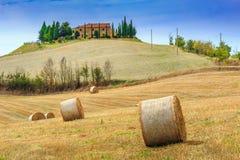 Het overweldigen van landelijk landschap met hooibalen in Toscanië, Italië, Europa Stock Fotografie