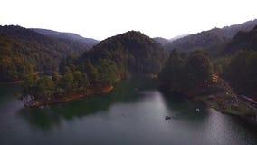 Het overweldigen van lucht geschoten landschap van de groene dam Presa del Llano TAKE 5 stock footage