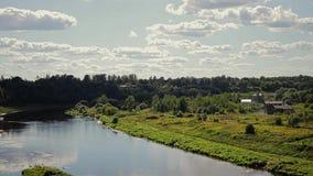 Het overweldigen van mooi landschap van de hoge Bank van de rivier op zijn bed Een mooie kromming in de rivier Mooie wolken in sk stock video