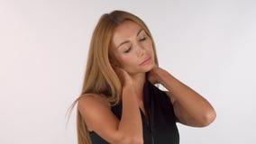 Het overweldigen van mooie vrouw die aan halspijn lijden, exemplaarruimte aan de kant stock video