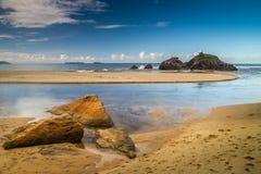 Het overweldigen van rotsachtige kustlijn Royalty-vrije Stock Foto's