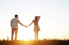 Het overweldigen van sensueel jong paar in liefde het stellen op de zomergebied bij Stock Foto