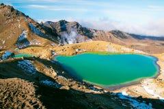 Het overweldigen van smaragdgroen blauw meer in hoge omvang van het Nationale Park van Tongariro van de Wereld` s Erfenis, Grote  stock foto