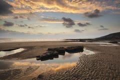 Het overweldigen van trillend zonsonderganglandschap over Dunraven-Baai in Wales Royalty-vrije Stock Afbeelding