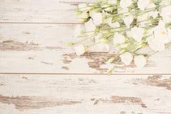 Het overweldigen van vers boeket van witte bloemen op lichte rustieke houten achtergrond Exemplaar ruimte, bloemenkader Huwelijk, royalty-vrije stock foto's