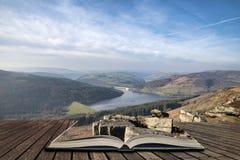 Het overweldigende beeld van het de Winterlandschap van het Piekdistrict in Engeland in pagina's van open boek, verhaal het verte stock foto