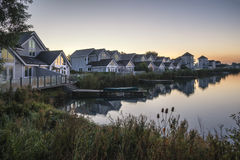 Het overweldigende beeld van het dageraadlandschap van duidelijke hemel over kalm meer Royalty-vrije Stock Foto