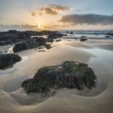 Het overweldigende beeld van het zonsonderganglandschap van Zoetwater het Westenstrand op Pemb Stock Foto's