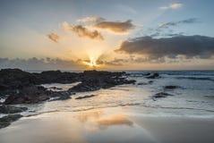 Het overweldigende beeld van het zonsonderganglandschap van Zoetwater het Westenstrand op Pemb Royalty-vrije Stock Foto