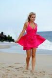 Het overweldigende jonge blonde vrouw lopen op het strand Royalty-vrije Stock Afbeelding