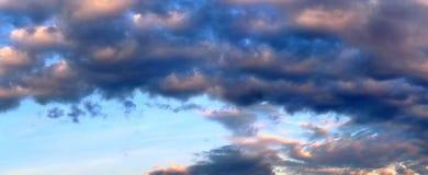 Het overweldigende kleurrijke panorama die van de zonsonderganghemel mooie wolkenvormingen in hoge resolutie tonen royalty-vrije stock foto's