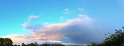 Het overweldigende kleurrijke panorama die van de zonsonderganghemel mooie wolkenvormingen in hoge resolutie tonen royalty-vrije stock foto