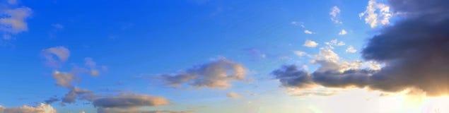 Het overweldigende kleurrijke panorama die van de zonsonderganghemel mooie wolkenvormingen in hoge resolutie tonen royalty-vrije stock afbeelding