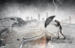 Het overwinnen van uitdagingen en crisis Gemengde media stock fotografie