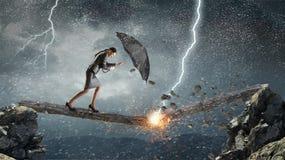 Het overwinnen van uitdagingen en crisis Gemengde media stock afbeeldingen