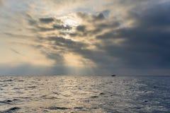 Het overzees in bewolkt en mistig weer Royalty-vrije Stock Afbeeldingen