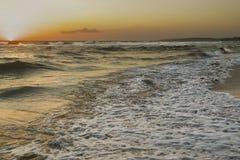 Het overzees bewoog zich aan zonsondergang in Salento Royalty-vrije Stock Foto's
