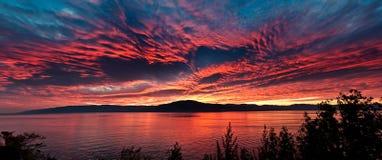 Het overzees bij zonsondergang, hemel is in mooie dramatische kleur Stock Fotografie