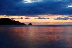 Het overzees bij zonsopgang Royalty-vrije Stock Afbeeldingen