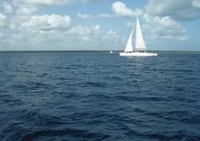 Het overzees, blauw hemel wit jacht Royalty-vrije Stock Foto's
