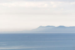 Het overzees, de hemel en de berg Stock Foto