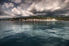 Het overzees, de zon, wolken, stenen Stock Afbeeldingen