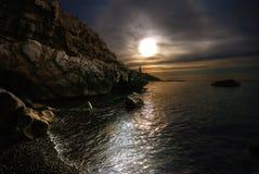 Het overzees, de zon, wolken, stenen Stock Foto's