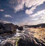 Het overzees, de zon, wolken, stenen Royalty-vrije Stock Foto's