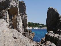 Het overzees door rotsen Royalty-vrije Stock Foto