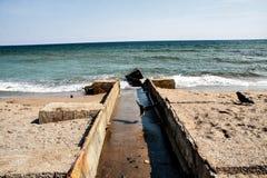 Het overzees is een verlaten de lentestrand stock foto