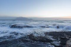 Het overzees en de berg stock fotografie