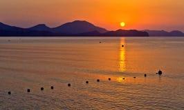 Het overzees en de bergen in de stralen van de het toenemen zon Royalty-vrije Stock Afbeelding