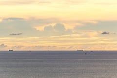 Het overzees en de hemel vóór zonsondergang Royalty-vrije Stock Afbeeldingen