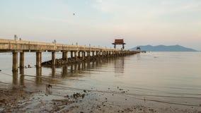 Het overzees en de pijler Stock Foto's
