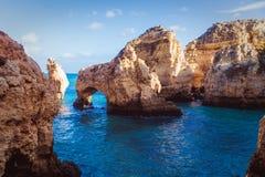 Het overzees en de rotsen stock afbeeldingen