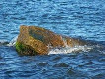 Het overzees en de steen stock foto
