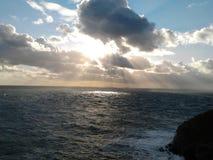 Het overzees en de zonsondergang dichtbij de vuurtoren van de Zuidenstapel, Anglesey Wales Oktober 2012 Royalty-vrije Stock Foto
