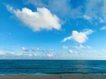 Het overzees en het strand stock afbeeldingen