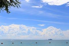 Het overzees met blauwe hemel en wolk en bergen, als aard Royalty-vrije Stock Foto's