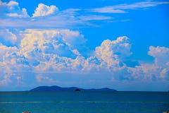 Het overzees met blauwe hemel en wolk en bergen, als aard Royalty-vrije Stock Foto