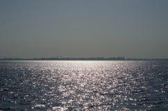 Het overzees met de zon wordt aangestoken die Royalty-vrije Stock Afbeelding