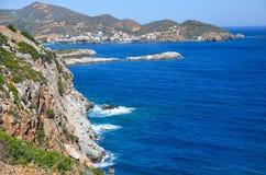Het overzees ontmoet de rotsachtige kust Royalty-vrije Stock Afbeelding