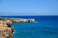 Het overzees ontmoet de rotsachtige kust Stock Foto's