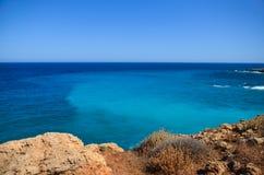 Het overzees ontmoet de rotsachtige kust Royalty-vrije Stock Afbeeldingen