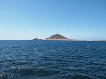Het overzees Op de achtergrond van het eiland en de heuvel Royalty-vrije Stock Afbeelding